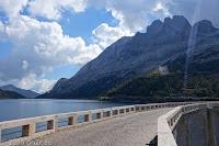 Auf dem Scheitel des Passo di Fedaia (2057m). Auf der befahrbaren Staumauer. Rechts über dem Stausees Lago di Fedaia die Flanke des Marmolata-Massivs mit einem Teil des Gletschers.