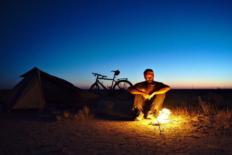 In linistea desertului doar trosnetul vreascurilor uscate se aude din cand in cand.