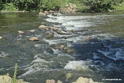 Kamenný stupeň sjízdný při dobrém stavu vody uprostřed. Pozor ostré kameny, možné přenášení možné vpravo. Za vysoké vody válec.