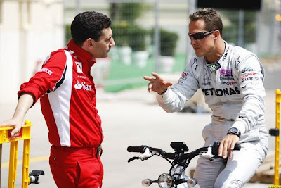 Михаэль Шумахер перекидывается парой слов с Андреа Стеллой на Гран-при Европы 2011