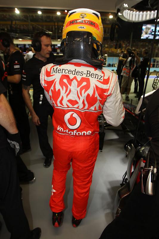 Льюис Хэмилтон в комбинезоне Hugo Boss для Гран-при Сингапура 2011 - вид сзади