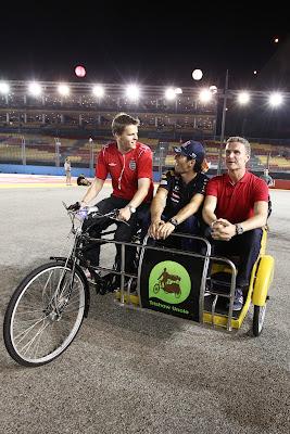 Джейк Хамфри присоединяется к Дэвиду Култхарду и Марку Уэбберу на велосипеде во время съемок для BBC на Гран-при Сингапура 2011