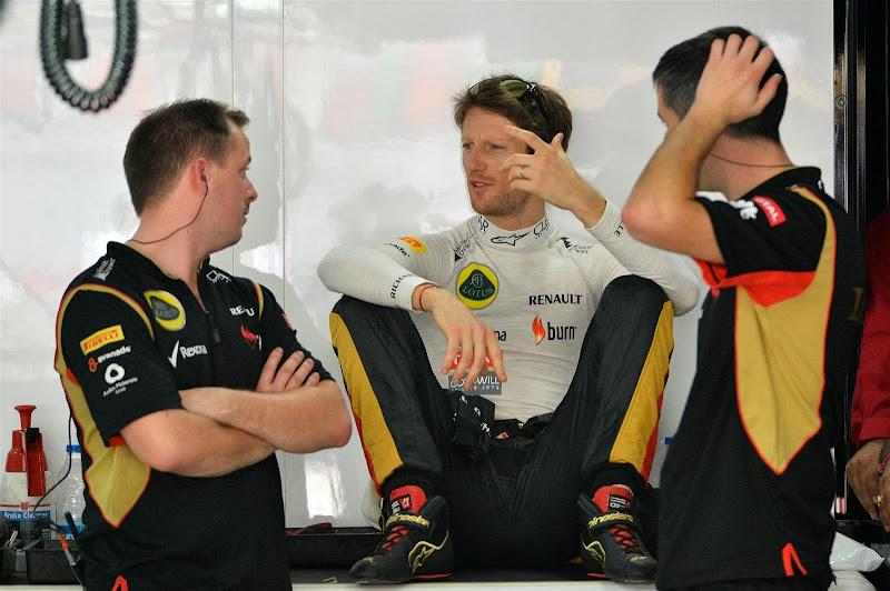 Ромэн Грожан со своими механиками на Гран-при Индии 2013
