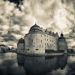 The Castle by Miguel Colinet - Buildings & Architecture Public & Historical ( water, örebro, castle, panorama )