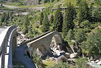 In der Schöllenenschlucht Richtung Göschenen. Blick zurück auf die wieder aufgebaute Häderlis-Bogenbrücke.