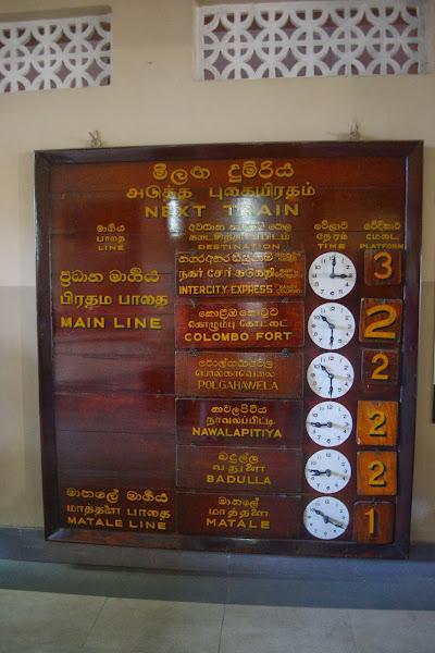 Табло времени прибытия поездов на вокзале в Канди, Шри Ланка