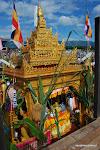 I już przyglądamy się tradycjom z bliska. Tym razem ruchoma pagoda na wodzie. W środku ofiary złożone Buddzie.