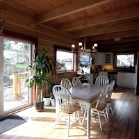 Sun flooded dining area, kitchen in background  (Foto by Ted Grant)