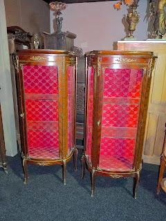Две витрины из красного дерева. ок.1900 г. 3500 евро.