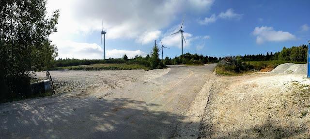 ... mit riesigem Flächenverbrauch direkt im Wald.