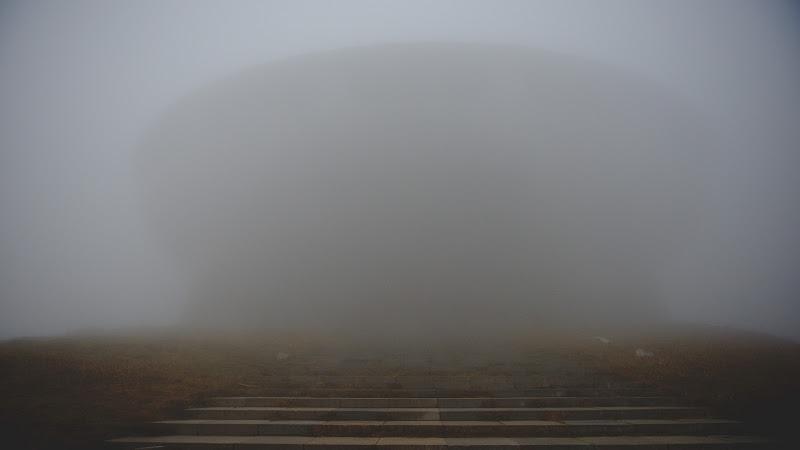 Buzludgea, atat cat s-a lasat ghicita din ceata.