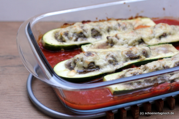 Mit Hackfleisch gefüllte Zucchini und Tomatensauce