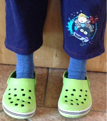 Kind mit zu kurzer Hose
