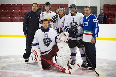 Даниил Квят и Вальтери Боттас играют в хоккей перед Гран-при Канады 2014