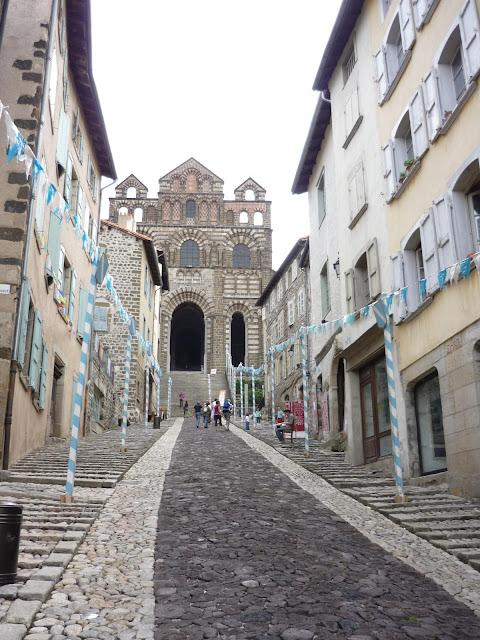Le Puy en Velay: Ici on peut encore décider d'aller à Saint Jacques de Compostelle, mettre ses pas dans ceux de Saint Régis ou de Stevenson.