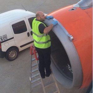 memperbaiki pesawat memakai selotip (1)