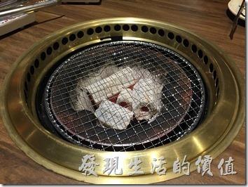 台北南港-乾杯燒烤。點完菜之後就會開始上爐火,用木炭。另外服務生還會幫客人準備檸檬醬汁,另外還會有各式的醬汁。檸檬醬汁用來沾海鮮及清淡口味的食物。