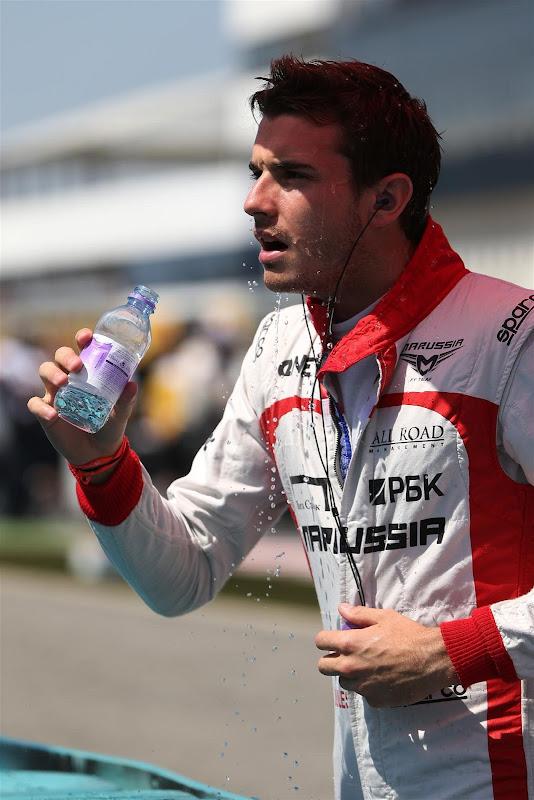 Жюль Бьянки обливается водой на Гран-при Венгрии 2013