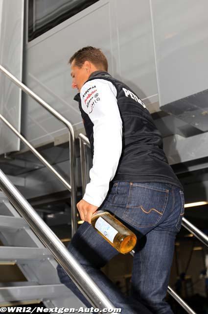 Михаэль Шумахер с бутылками поднимается в моторхоум на Гран-при Бельгии 2011