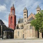 DSC05397.JPG - 30.05.2015.  Maastricht;  Plac Vrijthof - bazylika św. Serwacego (po prawej) i kościół św. Jana Chrzciciela