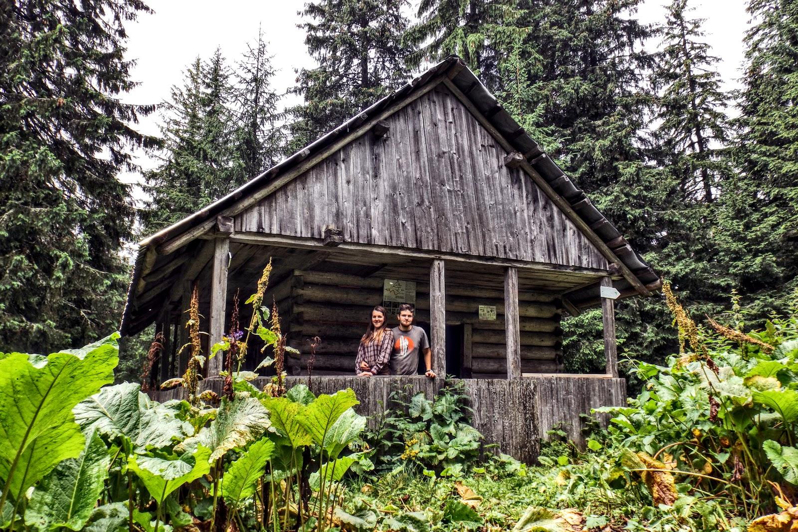 Туристичний притулок, Мисливський Будиночок в сідлі гір Молода та Яйко Перегінське