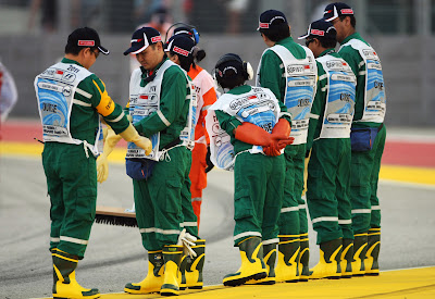 маршалы Сингапура в зелено-желтых цветах Team Lotus на Гран-при Сингапура 2011