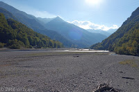 Hoch zum Forcella di Monte Rest (1076m). Über den breiten Fiume Tagliamento.