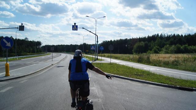 W połowie obwodnicy Chodla zaczyna się jednostronna dwukierunkowa droga dla rowerów. Równocześnie na drodze nie ma zakazu jazdy rowerem. Za chwilę mieliśmy się przekonać dlaczego...