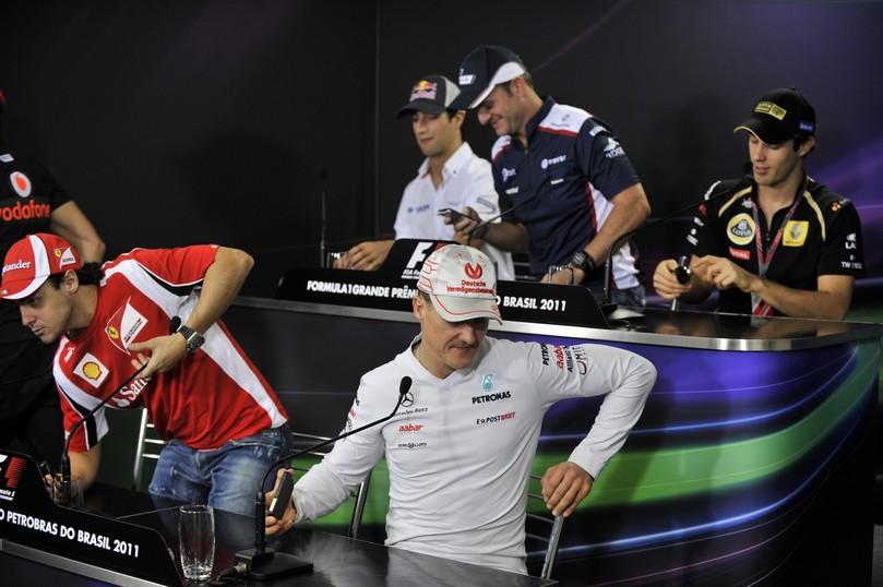 пилоты готовятся к пресс-конференции в черверг на Гран-при Бразилии 2011
