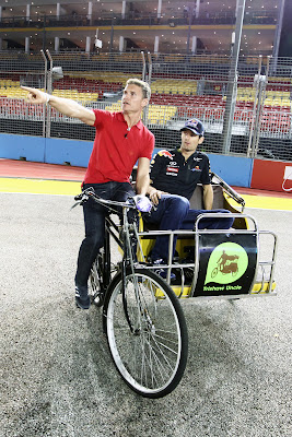 Дэвид Култхард и Марк Уэббер осматривают трассу на велосипеде во время съемок для BBC на Гран-при Сингапура 2011