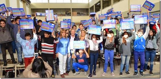 Juan Pablo de Jesús entrega netbooks de conectar igualdad en Escuela Técnica 2 de Villa Clelia