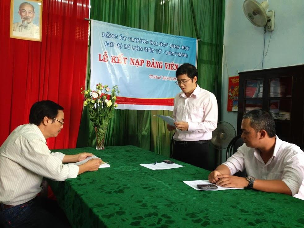Hình ảnh về lễ kết nạp Đảng của thầy Phan Hải Phong