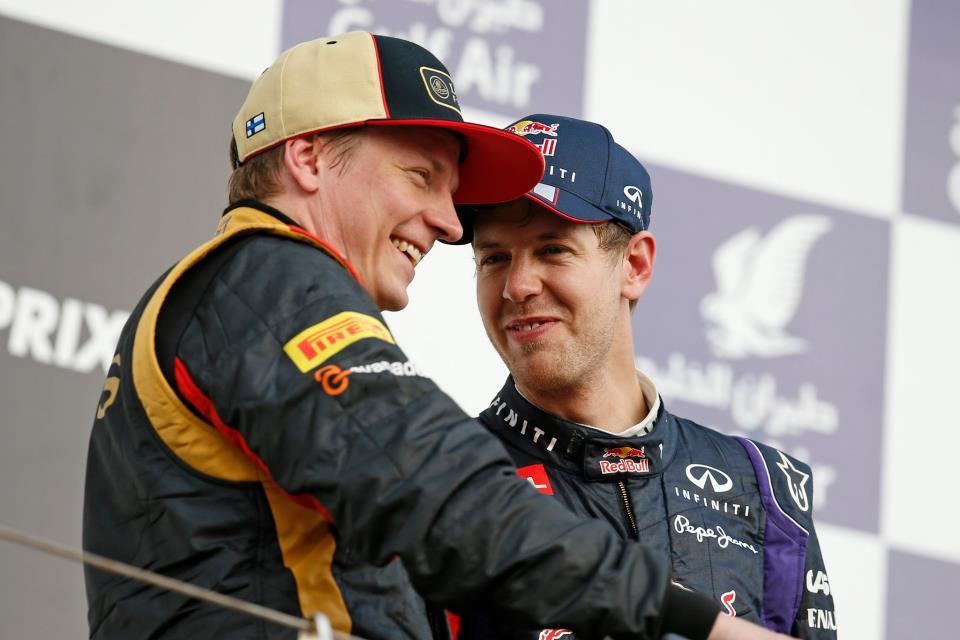 улыбающиеся Кими Райкконен и Себастьян Феттель на подиуме Сахира на Гран-при Бахрейна 2013