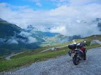 Vom Oberalppass (2046 m) kommend. Unten im Tal voraus der Ort Andermatt. http://www.quaeldich.de/paesse/oberalppass/