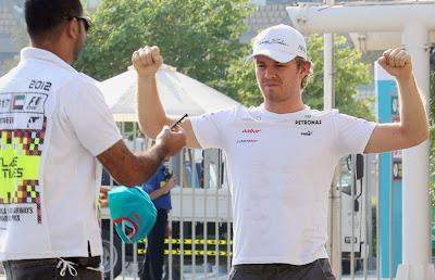 Нико Росберг и маршал на Гран-при Абу-Даби 2012