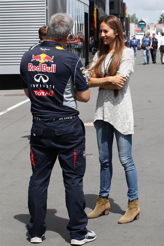 Джессика Мичибата и сотрудник Red Bull в паддоке Нюрбургринга на Гран-при Германии 2013