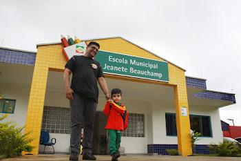 Prefeito cumpre promessa e entrega kits higiene e uniformes para o ensino infantil