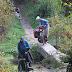Smal bruggetje waar met vereende krachten Barbara's fiets overheen wordt gehesen
