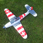 Die Me-109 ist ein sehr schnelles Modell mit einem enormen Leistungspotential. Mit 3 S geht sie senkrecht und erreicht im angestochenen rasanten Überflug bis zu 180 Km/h. Also nichts für schwache Nerven.