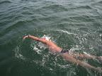 """Die Dramatik kann man nicht in Bildern festhalten. Frankreich war zwar noch nicht zum Greifen nah, aber man sah es schon deutlich. Es war auch schwierig, mit eingeschränkten Kommunikationsmöglichkeiten den Überblick als Schwimmer zu behalten. Umso wichtiger ist ein """"Chef"""" am Boot, der Anfeuerung und Nahrungsmittelzubereitung koordiniert und delegiert. - No way to describe the drama in pictures or words. It's hard to overlook everything as swimmer - the more important to have a 'boss' on the boat which coordinates the feeds and the cheerleading."""