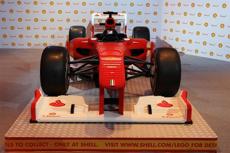 болид Ferrari из лего в полную величину на Гран-при Сингапура 2012