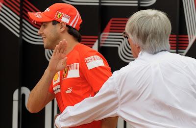 Фелипе Масса сбегает от Берни Экклстоуна на Гран-при Сингапура 2008