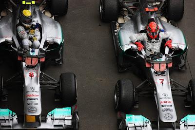Нико Росберг и Михаэль Шумахер вылезают из болидов Mercedes GP на Гран-при Германии 2011