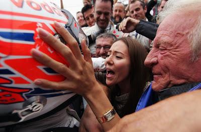 Джессика Мичибата и Джон Баттон поздравляют Дженсона Баттона после финиша на Гран-при Венгрии 2011