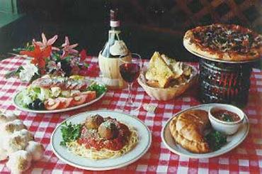 Pranzo cucina tradizionale italiana, fiasco e tovaglia quadretti