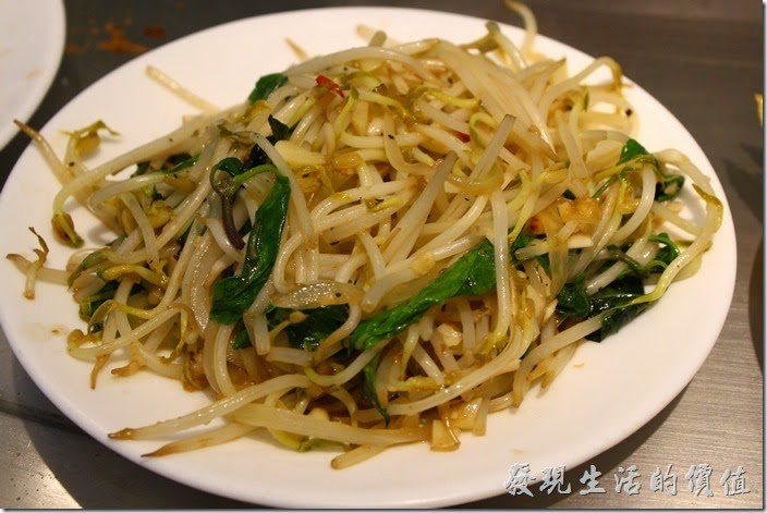 台南-椰如鐵板燒創意料理。豆芽菜:用九層塔炒豆芽菜,以前都吃胡椒醬,這還是第一次吃到九層塔配豆芽菜的。