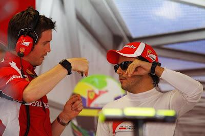 Роб Смедли и Фелипе Масса показывают что-то на пальцах на Гран-при Италии 2011 в гараже Ferrari