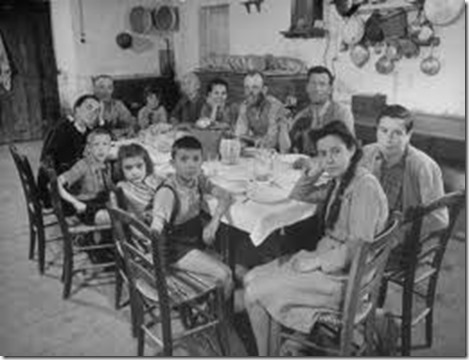 alfred-eisenstaedt-portrait-of-a-family-of-tuscan-tennat-farmers-sitting-around-dinner-table
