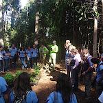 Los voluntarios de Medio Ambiente explican a Rovers y Escultas cómo se debe plantar