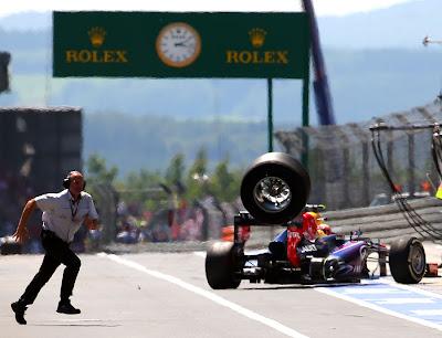 Марк Уэббер и улетающее колесо от его Red Bull на пит-лейне Гран-при Германии 2013